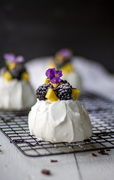 Minipavlova med bjørnebær og mango