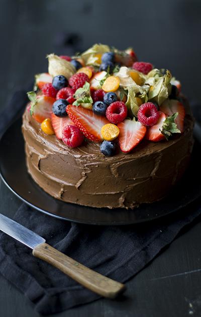 Fudgy sjokoladekake med friske bær